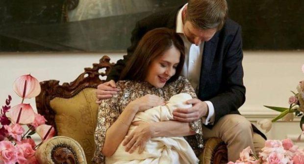 U BËNË PRINDËR PËR HERË TË PARË/ Princesha Geraldinë është kopje e Princit Leka (FOTO)