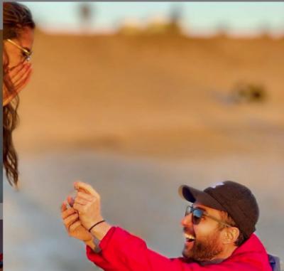 I ULUR NË GJUNJË DHE ME UNAZË NË DORË/ Renato Mekolli i propozon për martesë të dashurës (FOTO)