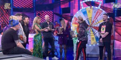 """""""HAJDE NË SHTËPI SE NGELA PA BUKË""""/ Këngëtaren shqiptare e merr i dashuri nga skena mes emisionit (FOTOT)"""