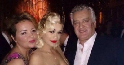 """""""I KA ZHGËNJYER FANSAT…""""/ E ëma dhe i ati kritikojnë Rita Orën pasi theu rregullat anti-covid (FOTO)"""