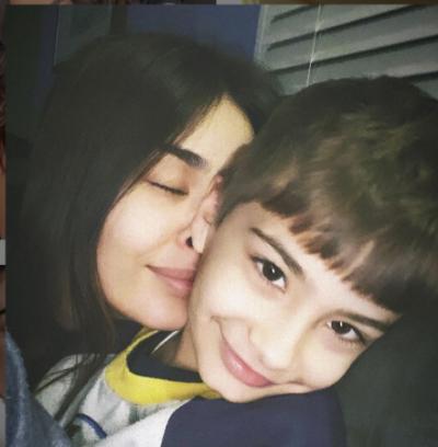 """""""TROIN E LINDA NATYRSHËM…""""/ Adrola Dushi tregon momentet e para kur mori djalin në krahë (FOTOT)"""