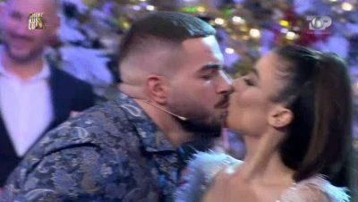 """NUK PRITEJ/ Fationi i jep """"padashje"""" puthjen e parë në buzë Sindit (FOTO)"""