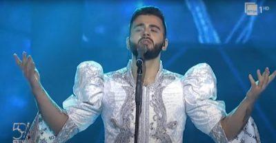 """""""JAM KRENAR QË E BËRA…""""/ Pasi u ktitikua për veshjen, kërcënohet me jetë këngëtari që performoi në """"Festivalin e Këngës"""""""