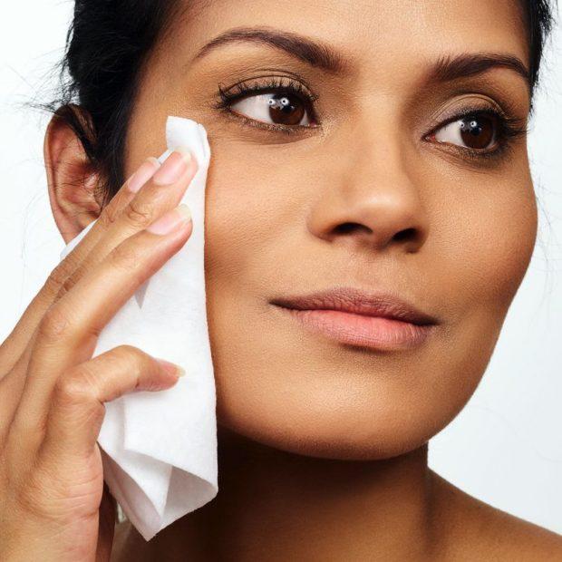 PËRDORNI LETRA TË LAGURA PËR FYTYRËN/ Ja sa të dëmshme janë ato për lëkurën tuaj