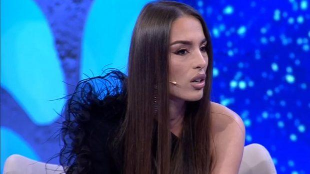 """""""KUSH JE TI TË NA GJYKOSH""""/ Plas keq debati mes Anës dhe Bledi Manes, ish-konkurentja e """"Për´puthen"""" largohet nga studio"""