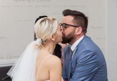 JANË PRINDËR TË DY VAJZAVE/ Pas 10 vitesh lidhje, Erion Isai kurorëzon dashurinë në martesë (FOTO)