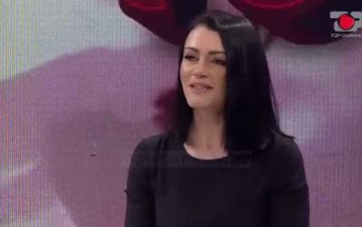 """DUKET SI 20 VJEÇE/ Konkurrentja e re e """"Për'puthen +40"""" merr vëmendjen në studio (VIDEO)"""
