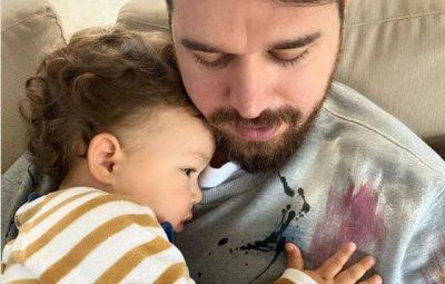 """""""ARUSHI I BABIT""""/ Me momentin më të bukur me Duamin, Alban Skënderaj ia ëmbëlsoi ditën të gjithëve (FOTO)"""