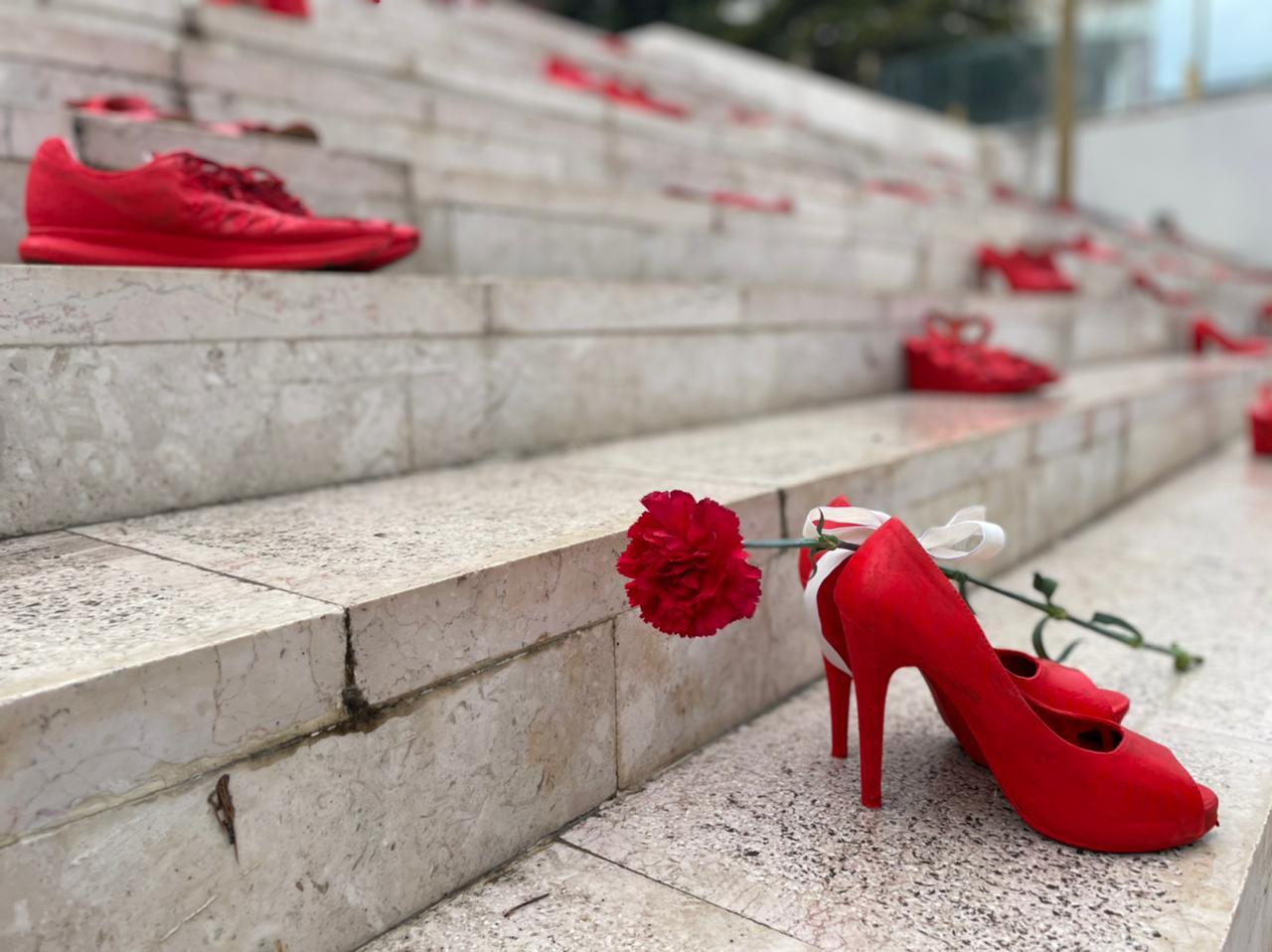 JETË TË MARRA NGA DHUNA/ 8 Marsi ndryshe në qytetin e Durrësit, shkallët e galerisë mbushen me këpucë të kuqe (FOTO)