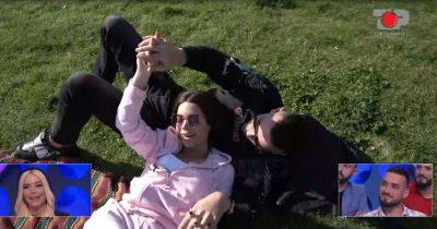 """""""JAM E PAPARASHIKUESHME""""/ Sara afrohet shumë me Erlindin: Ma jep dhe një tjetër se puthke bukur"""
