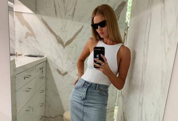 PËR GOCAT! 9 veshje dhe aksesorë që s'duhet t'ju mungojnë asnjëherë në garderobë sipas Rosie Huntington