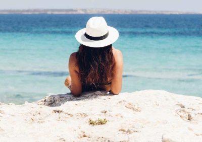 VËMËNDJE! Këto 5 këshilla për flokët duhet t'i keni parasysh sa herë që të shkoni në plazh