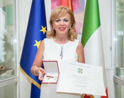 GJITHË SHQIPËRIA KRENARË PËR TË/ Inva Mula merr titull nderi nga ambasada italiane (FOTOT)