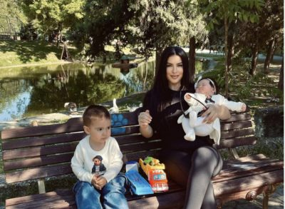 """""""JA SI ËSHTË JETA KUR…""""/ Elita Rudi poston FOTOT e veçanta me djalin dhe vajzën"""
