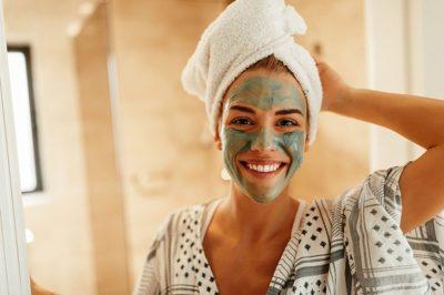 VËMËNDJE GOCA! Ja si është më mirë t´i bëni maskat e fytyrës pas apo para dushit