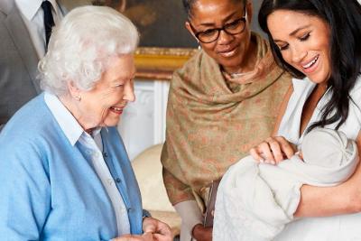 LË PAS MËRINË/ Mbretëresha Elizabeth bën gjestin e veçantë në 2-vjetorin e lindjes së djalit të Meghan-it dhe Harry-t