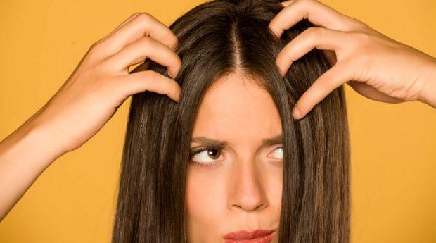 KUJDES! Duke ndjekur këto 4 këshilla të thjeshta do të shpëtoni nga flokët me yndyrë