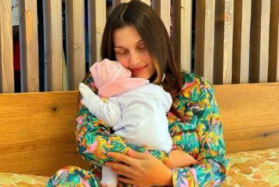 """""""VAJZA E BABIT…""""/ Me ardhjen në jetë të vajzës, Elona Pitarka prezanton dhe bashkëshortin (FOTO)"""