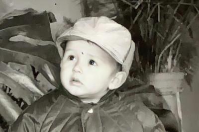 E NJIHNI? Vogëlushi është një ndër artistët më të famshëm shqiptarë (FOTO)