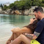 """""""GËZUAR DITËLINDJEN…""""/ Dj Sardi poston FOTON romantike buzë detit me partneren e tij dhe i dedikon fjalë të bukura"""