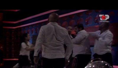"""""""PLAS"""" GRUSHTI NË """"PËR'PUTHEN +40″/ Olti godet me mikrofon kokës Armandon, shikoni momentin (VIDEO)"""