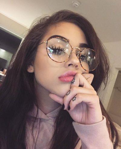 NGA PUDRA QË DUHET PËRDORUR E DERI TEK PENELI/ Truke makeup-i që vajzat me syze duhet t'i dinë patjetër