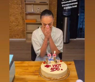FESTON SOT 28-VJETORIN/ Klea Huta surprizohet për ditëlindje nga miqtë (FOTOT)