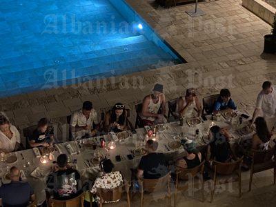 DALIN PAMJET/ Dua Lipa darkon në Dhërmi me familjarët