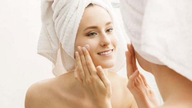 DO JU SHPËTOJNË/ Me këto metoda natyrale mund të hidratoni lëkurën pas dushit