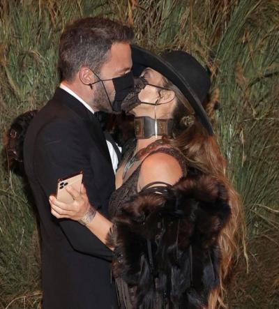 E GJITHË VËMËNDJA TE BEN AFFECK DHE JLO/ Çifti puthje pasiononte me maska (FOTO)