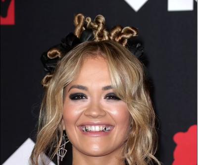 ME INICIALET E SAJ PREJ FLORIRI NË DHËMBË/ Rita Ora mahnit në daljen e saj në MTV VMAs 2021