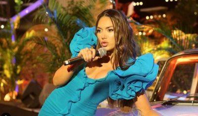"""""""AH TA MARRTË DREQI""""/ Elvana ngatërrohet gjatë performancës live (VIDEO)"""