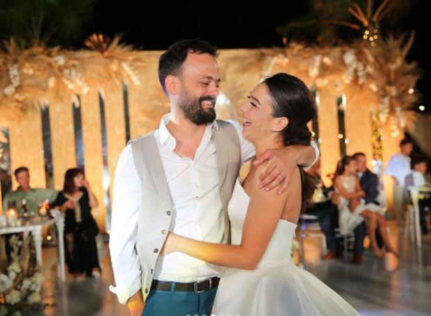 DY VITE MARTESË/ Jonida Vokshi poston pozat e veçanta me bashkëshortin: Nuk ka ditë që… (FOTO)