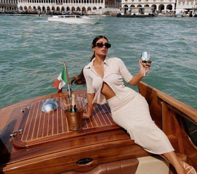 NJË TJETËR ARRITJE/ Stilistja shqiptare vesh fotografen e famshme italiane në Festivalin e Filmit në Venecia